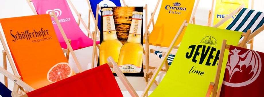 Holzliegestühle in vielen Farben mit Werbeeindruck